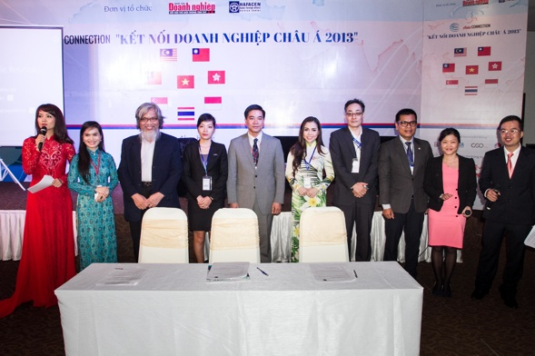 Representatives of companies signed the pledges to advocate World Company Day initiative.